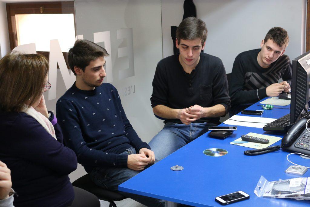 Membres de l'Espluga Audiovisual, preparant la seva participació a l'Espluga FM Ràdio. (Foto: Xavier Lozano)