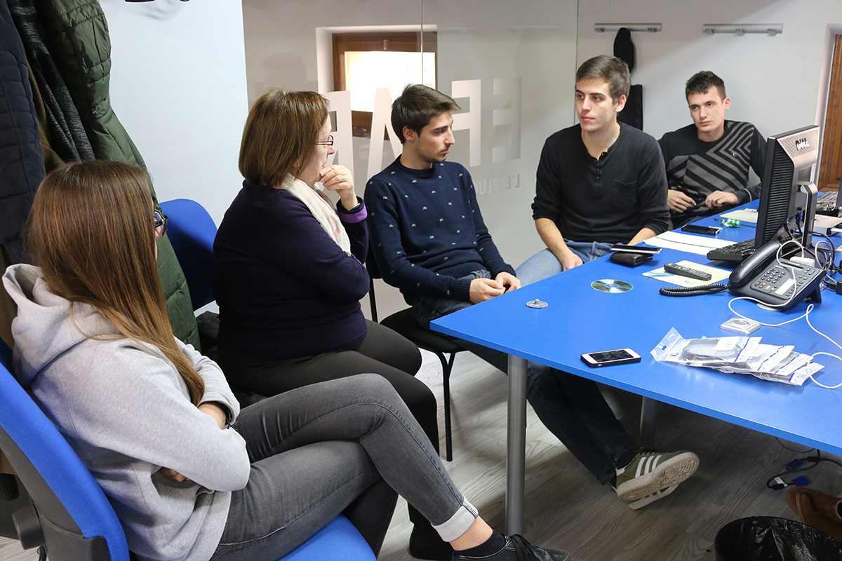 L'equip de l'Espluga Audiovisual, preparant el Dia Mundial de la Ràdio. (Foto: Xavier Lozano)