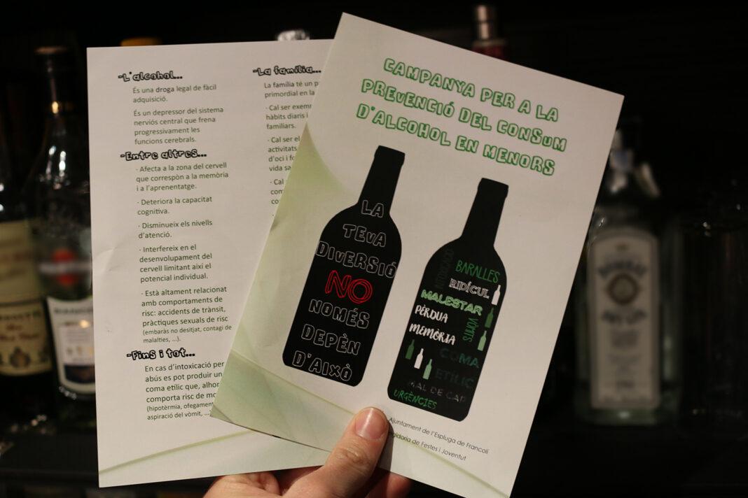 El full informatiu de la campanya de prevenció del consum d'alcohol entre menors. (Foto: Xavier Lozano)