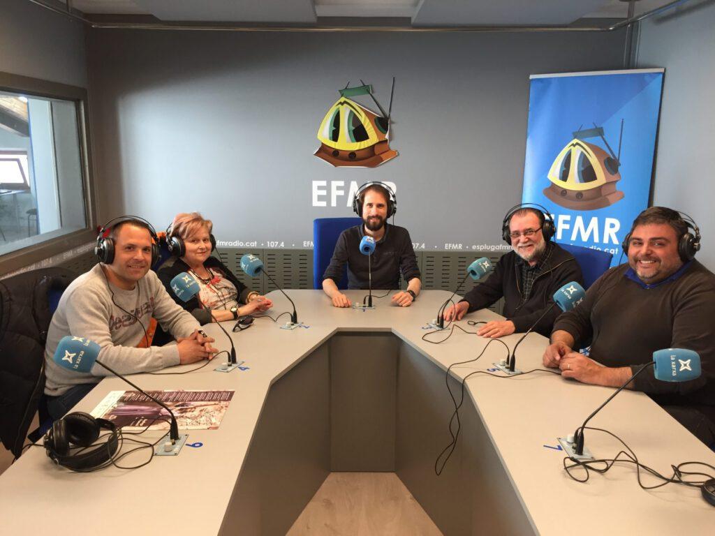 Representants de la Parròquia, la Confraria i els Armats, a l'Espluga FM Ràdio. (Foto: Marc Roca)