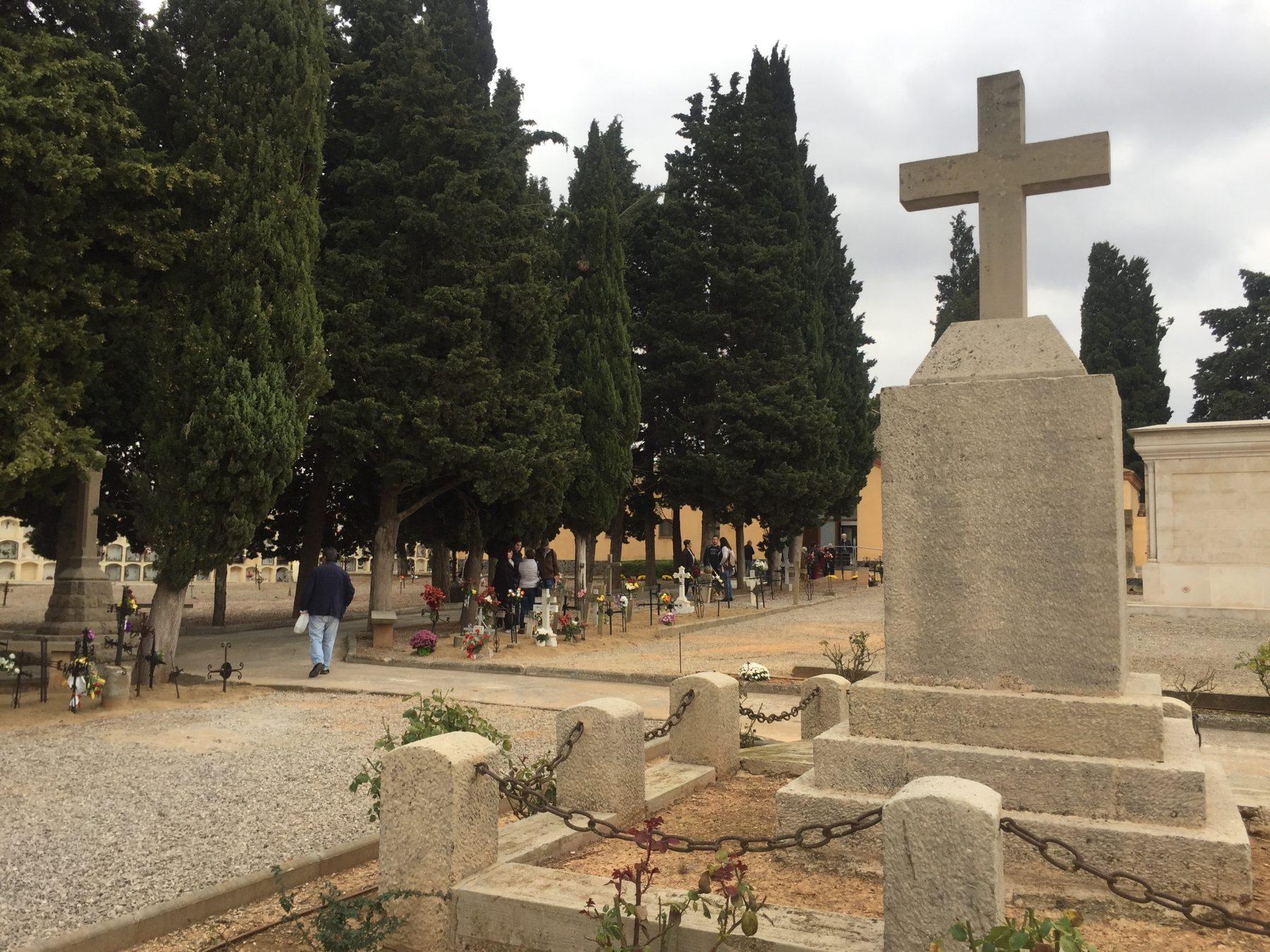 El cementiri de l'Espluga, durant la Diada de Tots Sants. (Foto: Xavier Lozano)