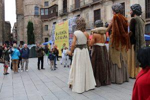 Els Gegants Neolítics de l'Espluga, captats pesl turistes a la plaça de la Catedral de Barcelona. (Foto: Cedida)