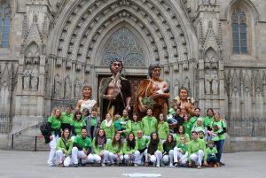 Els Gegants Neolítics i els Grallers de l'Espluga a la plaça de la Catedral de Barcelona. (Foto: Cedida)