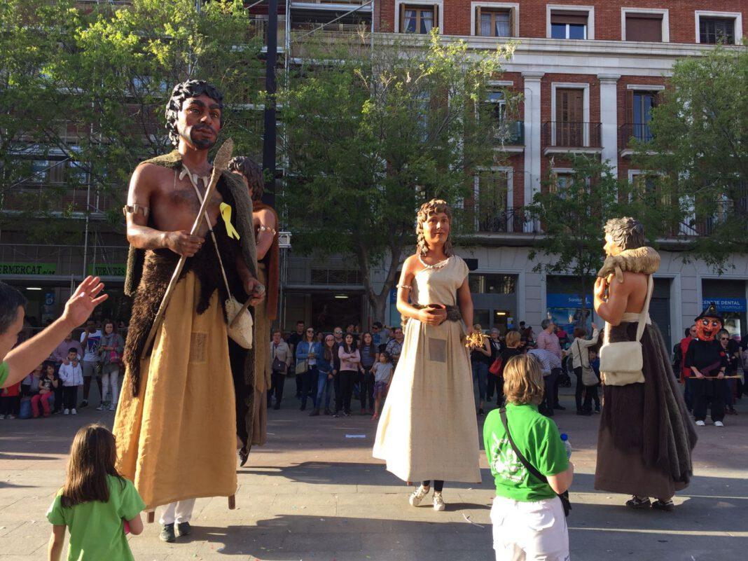 Els Gegants Neolítics de l'Espluga, amb llaços grocs a l'Hospitalet de Llobregat. (Foto: Cedida)
