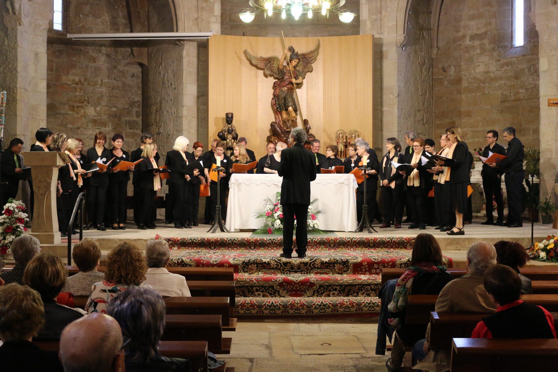 Cant conjunt de la Coral Carcaixent i la Coral Espluguina a l'església Vella. (Foto: Xavier Lozano)