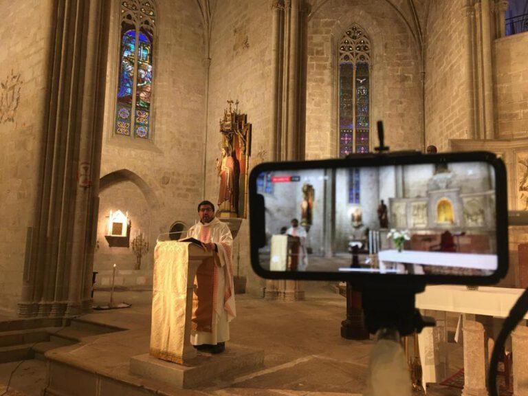 L'església de Santa Maria recupera l'emissió de les misses per Internet
